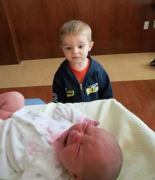 30 φωτογραφίες παιδιών που αντικρίζουν για πρώτη φορά το νεογέννητο αδερφάκι τους (26)
