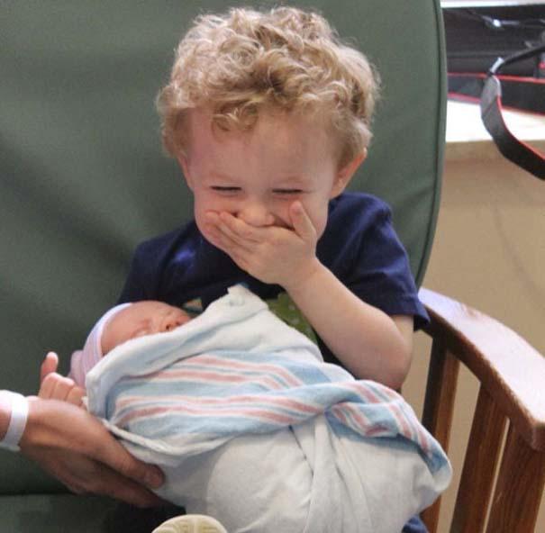 30 φωτογραφίες παιδιών που αντικρίζουν για πρώτη φορά το νεογέννητο αδερφάκι τους (28)