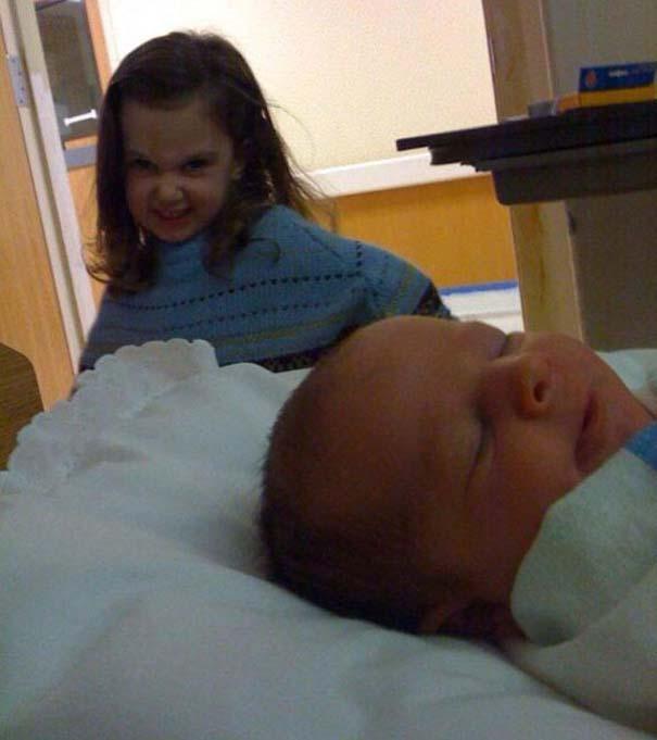 30 φωτογραφίες παιδιών που αντικρίζουν για πρώτη φορά το νεογέννητο αδερφάκι τους (29)
