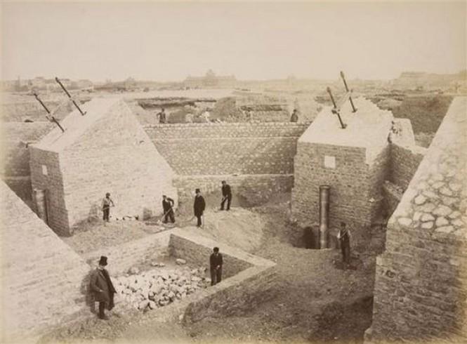 Κατασκευάζοντας τα θεμέλια του Πύργου του Άιφελ το 1887 | Φωτογραφία της ημέρας