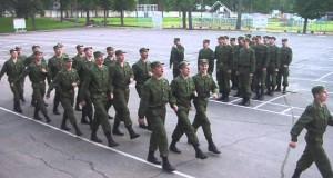 Ρώσοι στρατιώτες παρελαύνουν τραγουδώντας το «Barbie girl» (Video)
