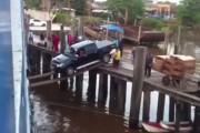 Φορτηγάκι επιχειρεί να επιβιβαστεί σε πλοίο πάνω σε 2 σανίδες