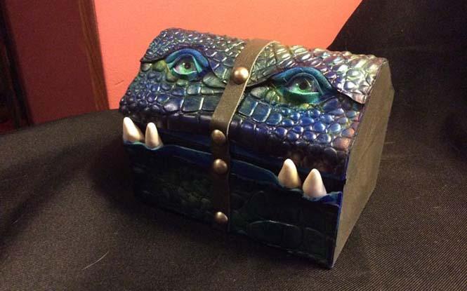 Γυναίκα μετατρέπει κουτιά και τσάντες σε... τέρατα! (7)