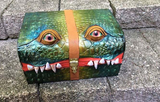 Γυναίκα μετατρέπει κουτιά και τσάντες σε... τέρατα! (11)
