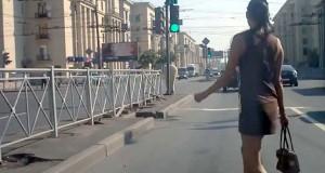 Οι γυναίκες στην Ρωσία περνούν τον δρόμο με απίστευτη άγνοια κινδύνου (Video)