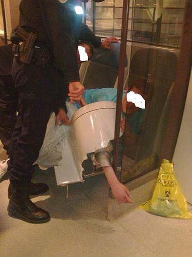 Το κινητό του έπεσε στην λεκάνη της τουαλέτας αλλά αυτό ήταν μόνο η αρχή του κακού... (2)