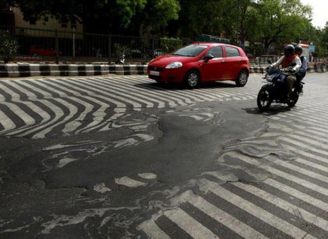 Στην Ινδία κάνει τόση ζέστη που οι δρόμοι λιώνουν | Φωτογραφία της ημέρας