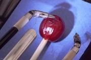 Το ρομποτικό σύστημα χειρουργικής Da Vinci ράβει σταφύλι