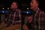 Ο άνδρας που παίζει σαξόφωνο διαφορετικά από οποιονδήποτε άλλο