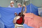 Ασθενής παίζει κιθάρα και τραγουδάει Beatles ενώ χειρουργείται στον εγκέφαλο