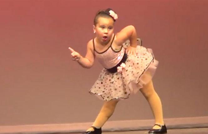 Μικρή μπαλαρίνα κλέβει την παράσταση