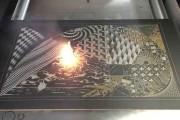 Μηχάνημα δημιουργεί έργα τέχνης με laser πάνω σε μεταλλικές επιφάνειες