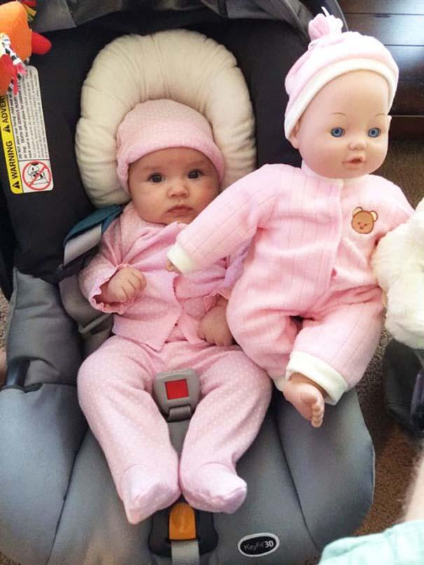 Μωρά που μοιάζουν με τις κούκλες τους (4)