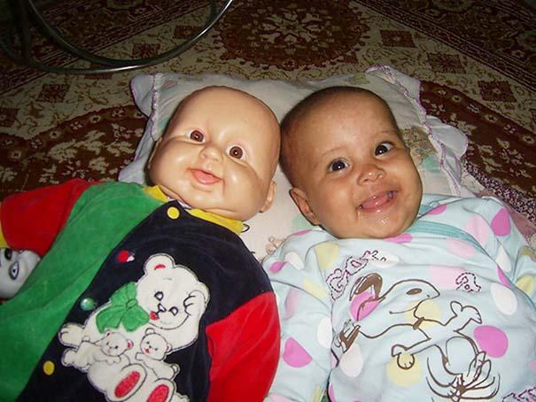 Μωρά που μοιάζουν με τις κούκλες τους (7)