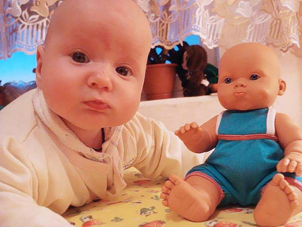 Μωρά που μοιάζουν με τις κούκλες τους (10)