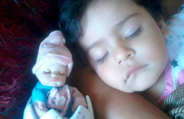 Μωρά που μοιάζουν με τις κούκλες τους (13)