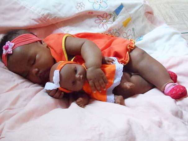 Μωρά που μοιάζουν με τις κούκλες τους (14)