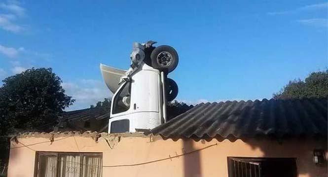 Απίστευτη προσγείωση αυτοκινήτου σε οροφή σπιτιού (1)