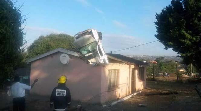 Απίστευτη προσγείωση αυτοκινήτου σε οροφή σπιτιού (2)
