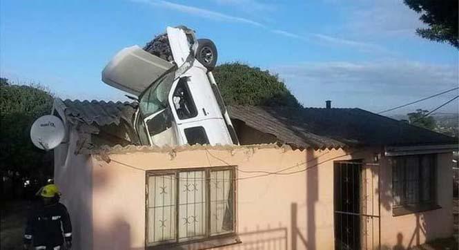 Απίστευτη προσγείωση αυτοκινήτου σε οροφή σπιτιού (3)