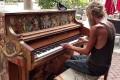 Άστεγος παίζει πιάνο και αφήνει άφωνο ολόκληρο τον πλανήτη (Video)