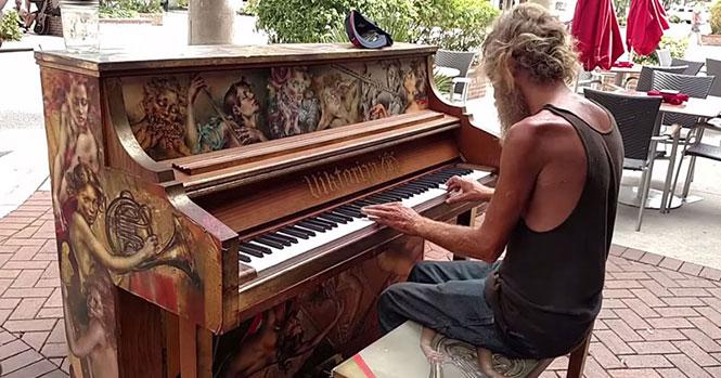 Άστεγος παίζει πιάνο
