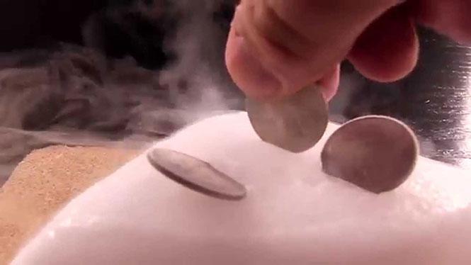 Δείτε τι παθαίνουν τα κέρματα στον ξηρό πάγο