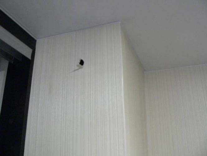 Ιδιοκτήτες σπιτιού ανακάλυψαν κάτι πολύ περίεργο κολλημένο στον τοίχο τους (2)