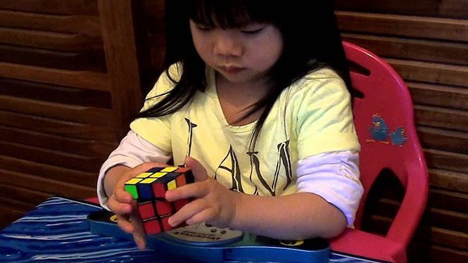 Κοριτσάκι 2 ετών λύνει τον Κύβο του Rubik
