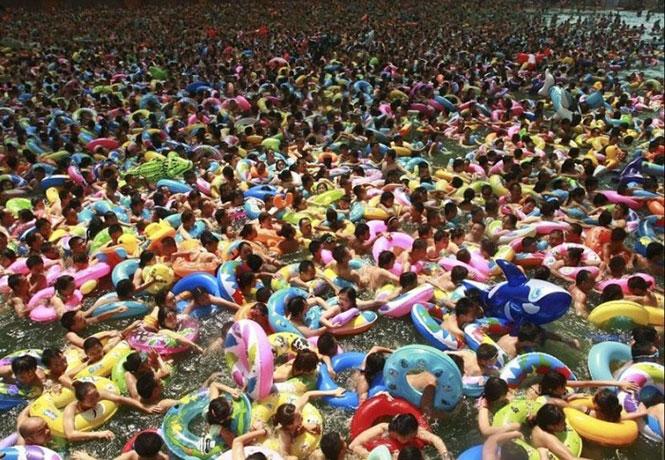Οι πισίνες στην Κίνα είναι... ελαφρώς συνωστισμένες | Φωτογραφία της ημέρας