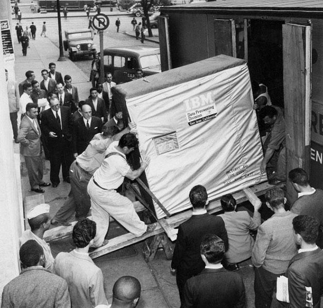 Η μεταφορά ενός σκληρού δίσκου 5mb της IBM το 1956 | Φωτογραφία της ημέρας