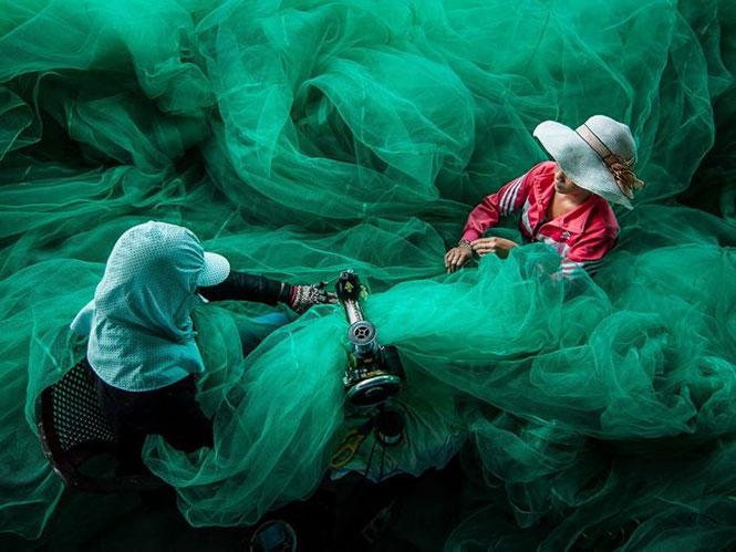 Ράβοντας ένα δίχτυ ψαρέματος | Φωτογραφία της ημέρας
