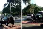 Ποδηλάτης σηκώνει αυτοκίνητο και το απομακρύνει από τον ποδηλατόδρομο