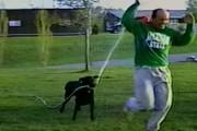 Σκύλος καταβρέχει το αφεντικό του