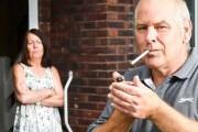 Ο σύζυγος ορκιζόταν πως έχει κόψει το τσιγάρο, αλλά δεν υπολόγιζε την Google (1)