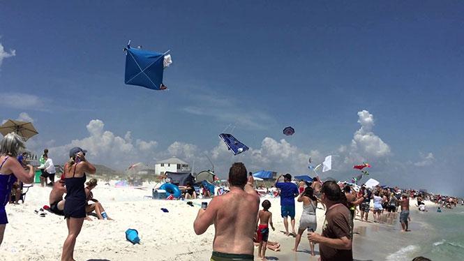 Δείτε τι συνέβη όταν ένα μαχητικό πέταξε πάνω από μια παραλία