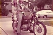 Ζευγάρι γιορτάζει την 40η του επέτειο κάνοντας αναπαράσταση των φωτογραφιών του γάμου τους (1)
