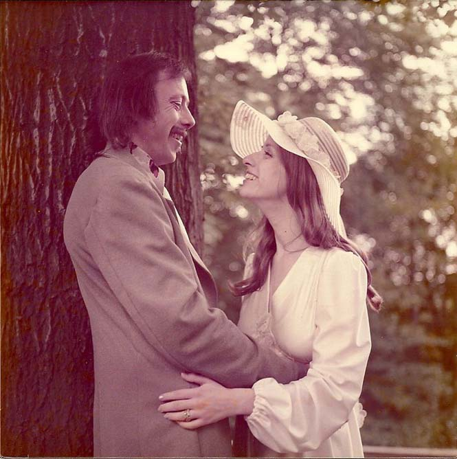 Ζευγάρι γιορτάζει την 40η του επέτειο κάνοντας αναπαράσταση των φωτογραφιών του γάμου τους (4)