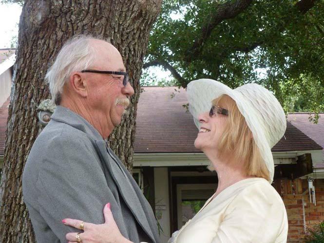 Ζευγάρι γιορτάζει την 40η του επέτειο κάνοντας αναπαράσταση των φωτογραφιών του γάμου τους (5)