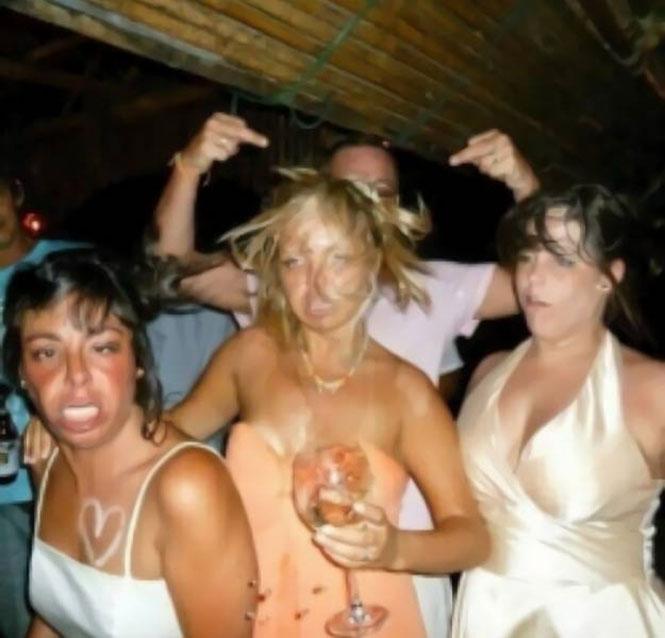 3 κοπέλες πριν και στο αποκορύφωμα ενός ξέφρενου πάρτι (2)