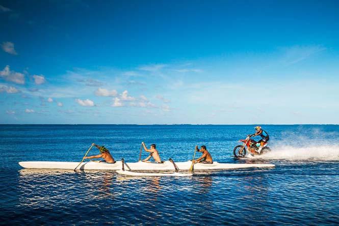 Ο άνθρωπος που καβάλησε ένα κύμα στην Ταϊτή πάνω σε μοτοσυκλέτα (1)