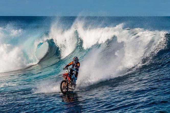 Ο άνθρωπος που καβάλησε ένα κύμα στην Ταϊτή πάνω σε μοτοσυκλέτα (2)