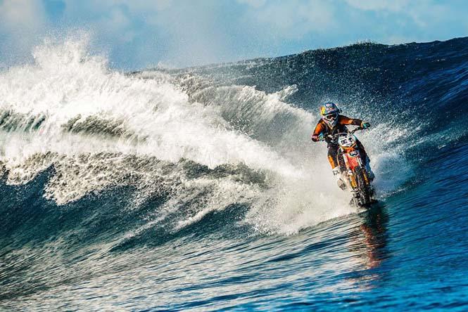 Ο άνθρωπος που καβάλησε ένα κύμα στην Ταϊτή πάνω σε μοτοσυκλέτα (3)
