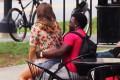 Κοινωνικό πείραμα: Αντιδράσεις ανδρών όταν μια άγνωστη καλλονή κάθεται ξαφνικά στα πόδια τους (Video)