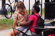 Αντιδράσεις ανδρών όταν μια άγνωστη καλλονή κάθεται ξαφνικά στα πόδια τους
