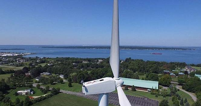 Drone εντόπισε το πιο παράξενο θέαμα πάνω σε μια ανεμογεννήτρια (2)