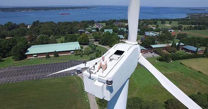 Drone εντόπισε το πιο παράξενο θέαμα πάνω σε μια ανεμογεννήτρια (4)