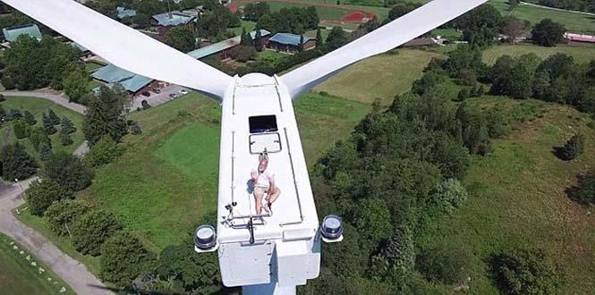 Drone εντόπισε το πιο παράξενο θέαμα πάνω σε μια ανεμογεννήτρια (6)