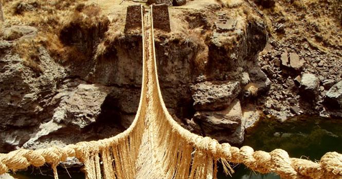 Εδώ και αιώνες, δυο χωριά συνεργάζονται κάθε χρόνο για να χτίσουν αυτή τη γέφυρα