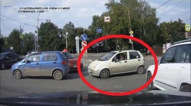 Γυναίκα οδηγός κάνει χειρονομία με το μεσαίο δάχτυλο αλλά... (Βίντεο)